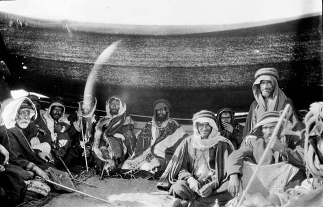 http://saudiarabesque.com/wp-content/uploads/2016/08/saudi-arabesque-traditional-sword-dance-tribesmen-old-photo.jpg